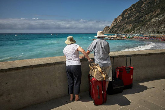 couple-on-holiday-suitcases